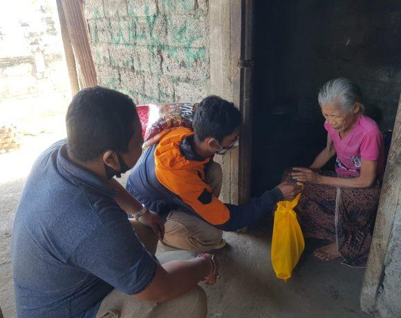 "Peradah dan STAHN Mpu Kuturan ""Ngejot"" ke Krama Hindu Desa Subaya"